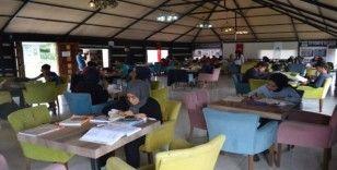 Eyyübiyeli gençler kitap otağında ders çalışıyor