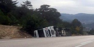 Ankara-İstanbul karayolunda tır devrildi: 1 yaralı