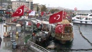 Eminönü'ndeki balıkçı teknelerinde satış devam ediyor