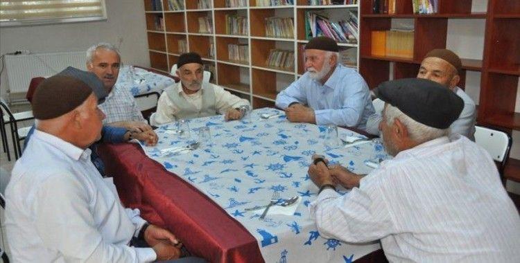 Yaşlanma merkezinde sosyal aktivitelere katılıyorlar