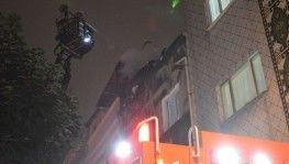 Bayrampaşa'da çatıda çıkan yangın vatandaşları korkuttu