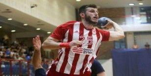 Asker selamı verdiği için takımından kovulan hentbolcuya Antalyaspor sahip çıktı