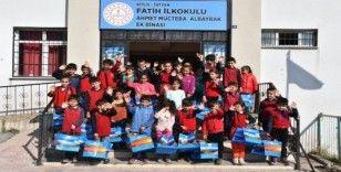 Tatvan Belediyesi'nden öğrencilere okul kıyafeti desteği