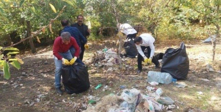 Duyarsız vatandaşların attığı 1 ton çöp toplatıldı