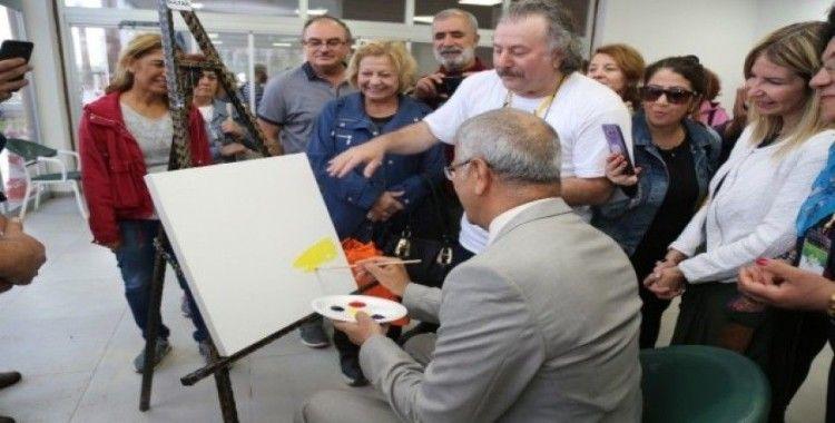 Başkan Tarhan, aktivist sanatçılarla birlikte resim yaptı
