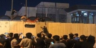 Irak'ta göstericiler İran Konsolosluğunu basıp Irak bayrağı açtı