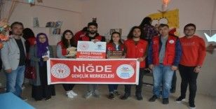 Gönüllü gençler, köy okuluna 'Barış Pınarı' kütüphanesi kurdu