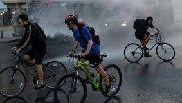 Şili'de bisikletliler devlet başkanının evine giden yolu kapattı