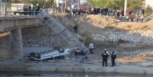 Otomobil köprüden dereye uçtu: 2 yaralı