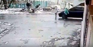 Rusya'da aracın çarptığı çocuk metrelerce yükseğe fırladı