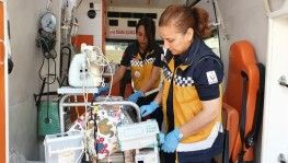 Anne kız aynı ambulansta bebeklerin hayatını kurtarıyor