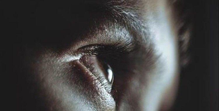 Göz akına dövme yaptıran genç kız geçici körlük yaşadı