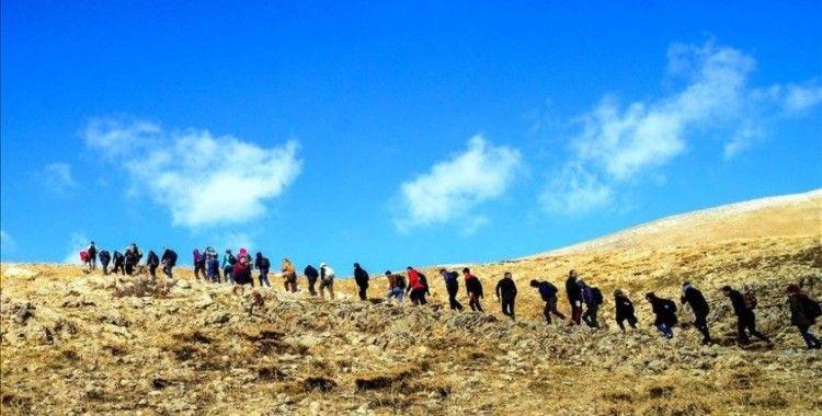 Doğaseverler Süphan Dağı eteklerindeki tarihi yapıları gezdi