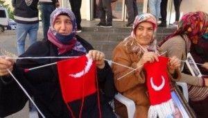 Evlat nöbetindeki anneler Türk bayraklı atkı örüyor