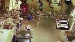 Beyoğlu'nda yabancı uyruklu şahsa silahlı saldırı kamerada