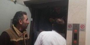 Asansörde mahsur kalan 7 kişi kurtarıldı