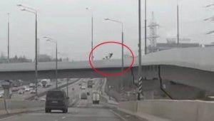 Köprüden otoyola düşen motosiklet sürücüsü öldü