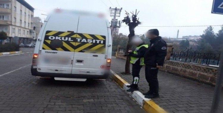 Servis minibüsünde uyuyunca unutulan çocuk sokaklarda ağlarken polis tarafından bulundu