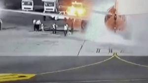Mısır'da iniş yapan uçak alev aldı