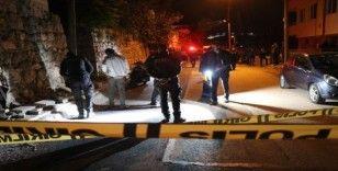 Arkadaşları ile sokak ortasında sohbet ederken başından vurularak ağır yaralandı