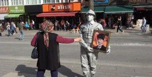 Atatürk'ü Anma Günü'nde canlı heykel ilgi odağı oldu