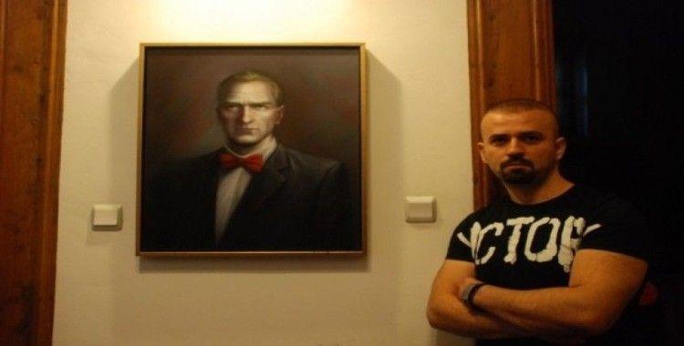 Hayalindeki Atatürk'ü tuvale yansıttı