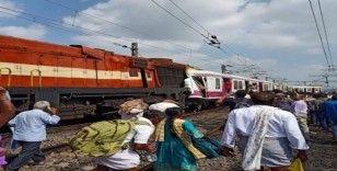 Hindistan'da iki tren çarpıştı, 12 yaralı
