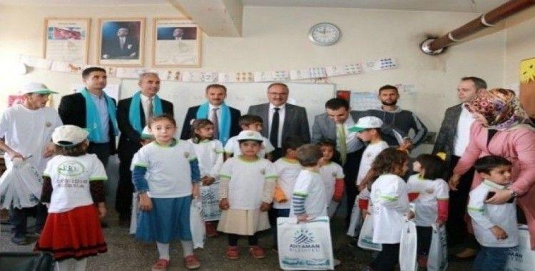 Belediye Başkanı Kılınç, köy okulu öğrencilerine kırtasiye malzemesi dağıttı
