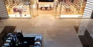 Dubai'de alışveriş merkezini su bastı