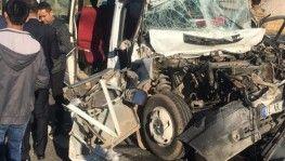 Mardin'de öğrenci servisi tırla çarpıştı