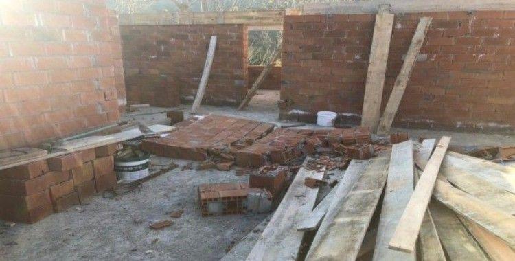 Duvarın altında kalan küçük çocuk hayatını kaybetti