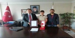 Kaymakam Yılmaz, Türkiye birincisi öğrenciyi tebrik etti