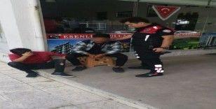 Okul önünde kurusıkı tabancayla yakalandı