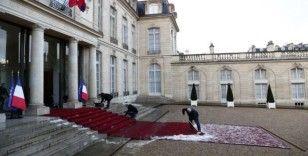 Paris'te dolu yağdı, sokaklar beyaza büründü