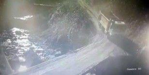 Rize'de kamyon dereye yuvarlandı, sürücü ağır yaralandı