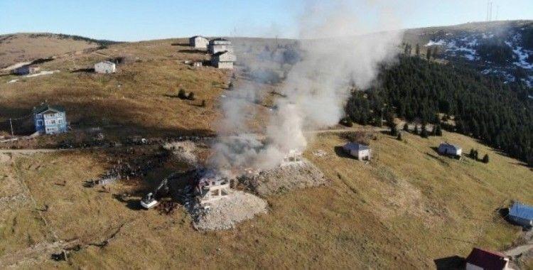 Yıkımı protesto için yayla evini ateşe verdiler