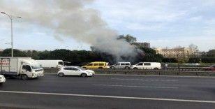 (ÖZEL) Otoyol kenarında bulunan çam ağaçları alev alev yandı
