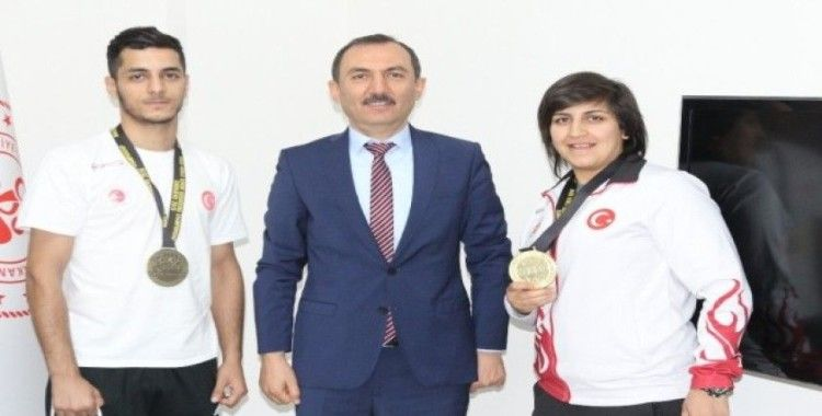 Kaymaz, Kick Boks'ta dünya şampiyonu olan Mersin sporcuları kutladı