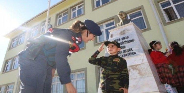 Jandarma'dan çocuklara hediye kitap etkinliği