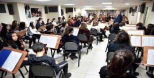 Ünlü orkestra şefi tecrübesini çocuklarla paylaştı