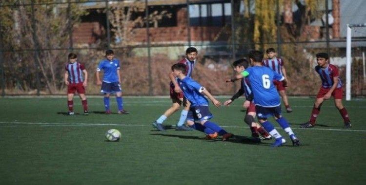 Erzurumsporlu ve Trabzonsporlu gençler hazırlık maçında ter döktü