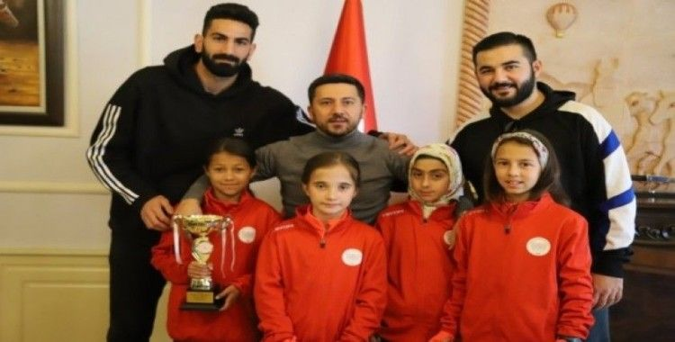 Belediye Başkanı Arı, Türkiye ve dünya dereceleri elde eden sporcuları kutladı