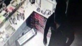 Örümcek adam gibi markete tırmanan hırsızlar kamerada
