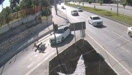 Motosikletli sürücülerin ölümden döndüğü anlar kamerada