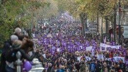 Paris'te binlerce kişi kadına şiddete karşı yürüdü