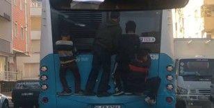 (Özel) Çocukların otobüs arkasında ölümüne yolculuğu kamerada