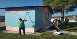 Öğretmenler Gününde köy okulunu boyadılar