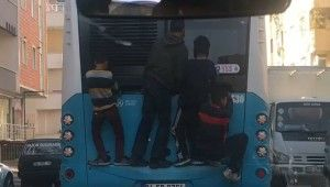 Çocukların otobüs arkasında ölümüne yolculuğu kamerada