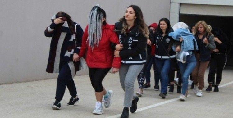 Antalya'da 'jigolo yapma' vaadiyle dolandırıcılık: 19 gözaltı
