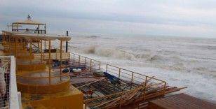 Antalya'da fırtına dev dalgalar oluşturdu
